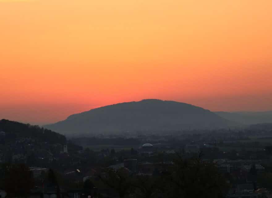 Zitate die Mut machen - Die Sonne geht hinter einem Hügel auf