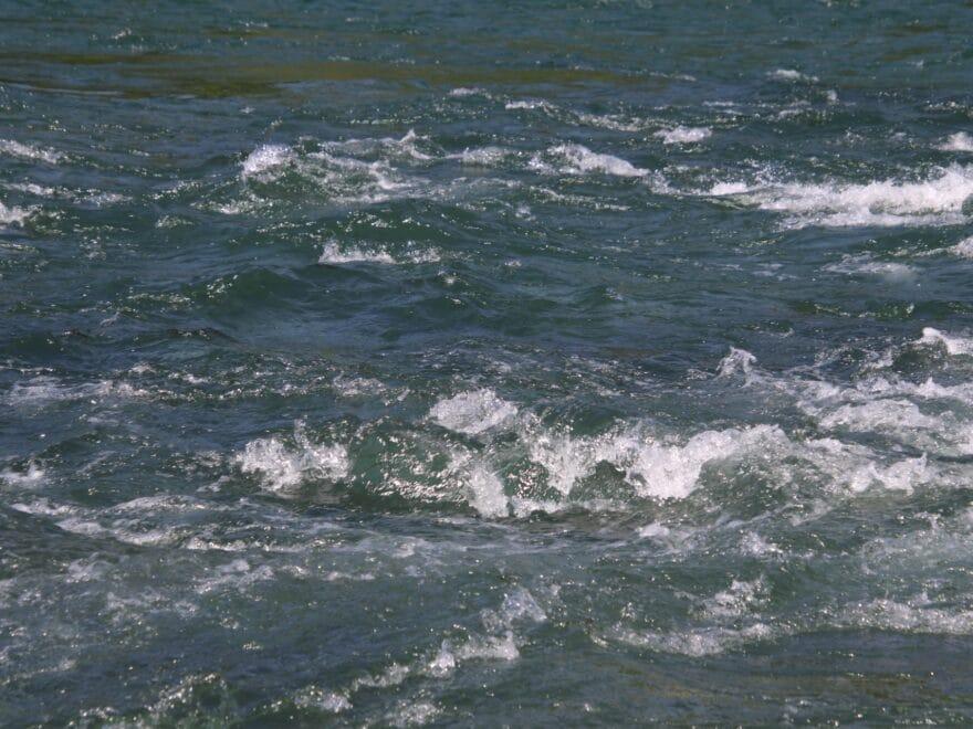 Nahaufnahme Sprudel im Rheinwasserfall