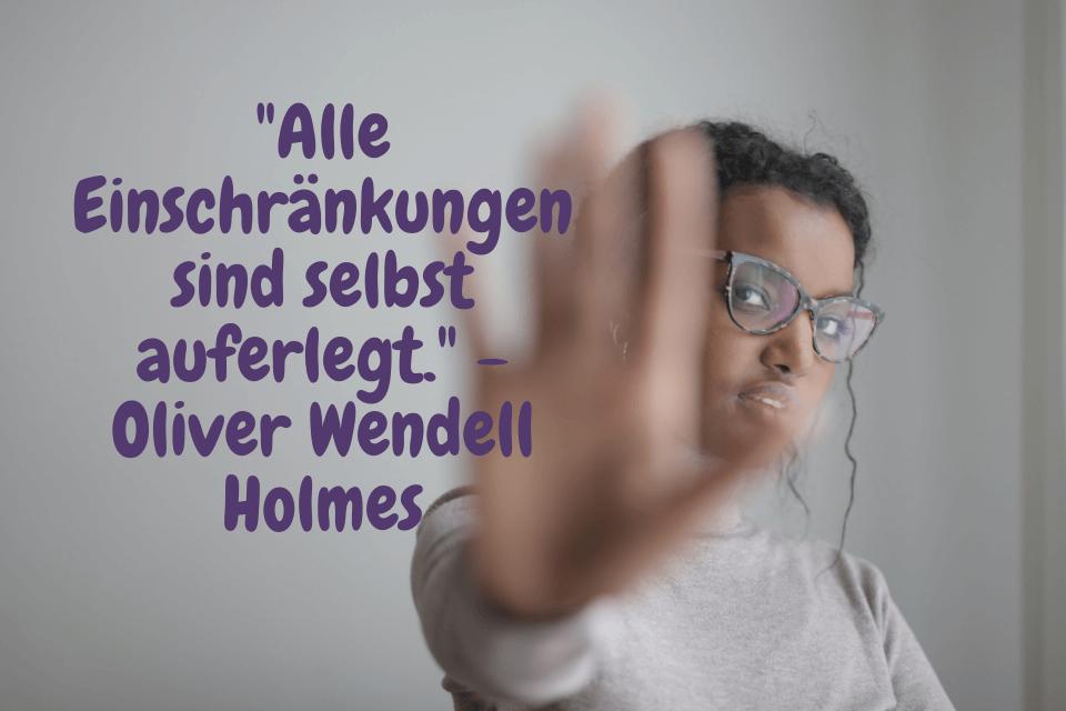 Eine Frau hält halten ihre Hand ausgestreckt mit dem Zitat: Alle Einschränkungen sind selbst auferlegt. - Oliver Wendell Holmes