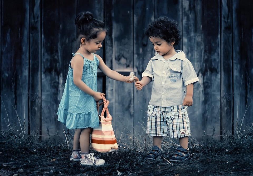 Ein Mädchen und ein kleiner Junge - Bewährt Loslassen | Bedingungslose Liebe