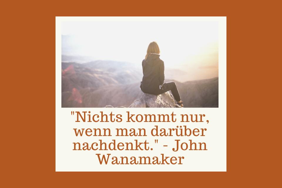 """Frau sitzt auf einem Felsen und schaut über den Horizont -""""Nichts kommt nur, wenn man darüber nachdenkt."""" - John Wanamaker"""