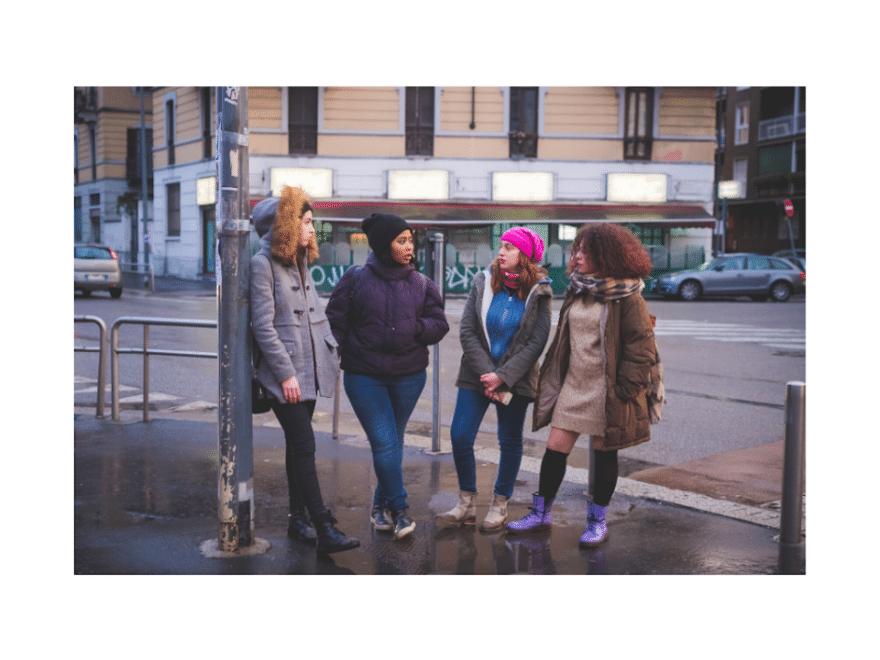 Eine Gruppe Jugenendliche besprechen das Geheimnis der Jugend