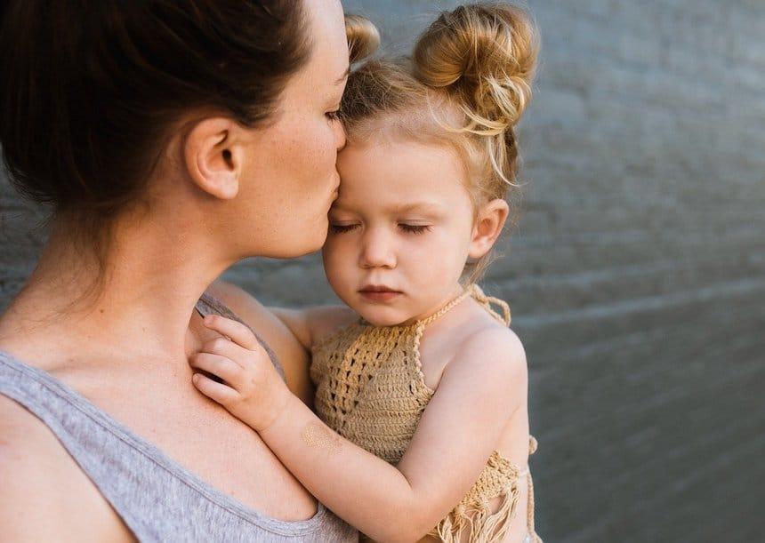 Eine Mutter umarmt ihr Kind - Berührung ist wie Liebe