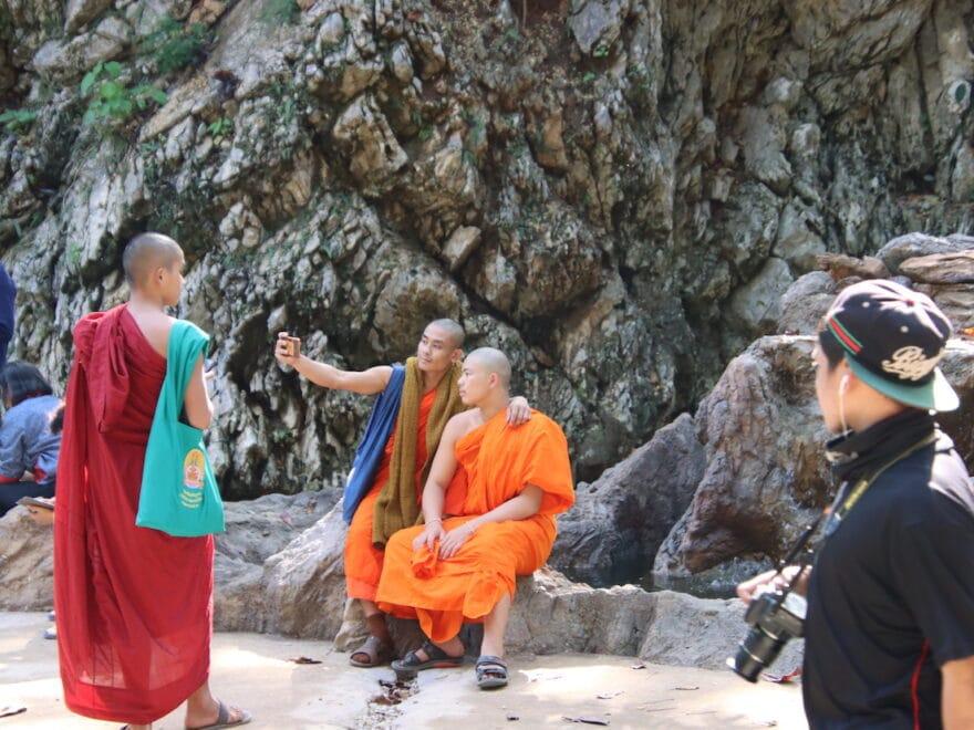 Mönche machen selfies von sich - Das Gesetz der Anziehung