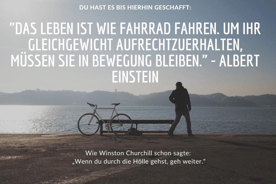 Mann mit Fahrrad am See - Das Leben ist wie Fahrrad fahren. Um Ihr Gleichgewicht aufrechtzuerhalten, müssen Sie in Bewegung bleiben. - Albert Einstein