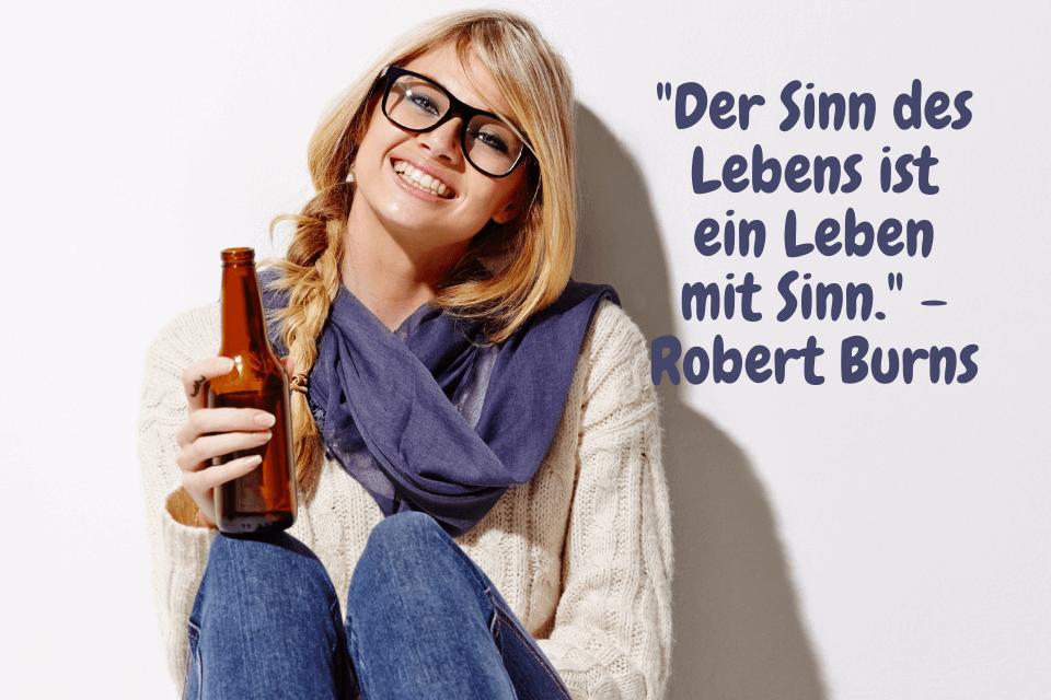 """Eine Frau sitzt lachend am Boden und hat eine Flasche Bier in der Hand. Das Leben leben, mit diesen 5 Tipps """"Der Sinn des Lebens ist ein Leben mit Sinn."""" - Robert Burns"""