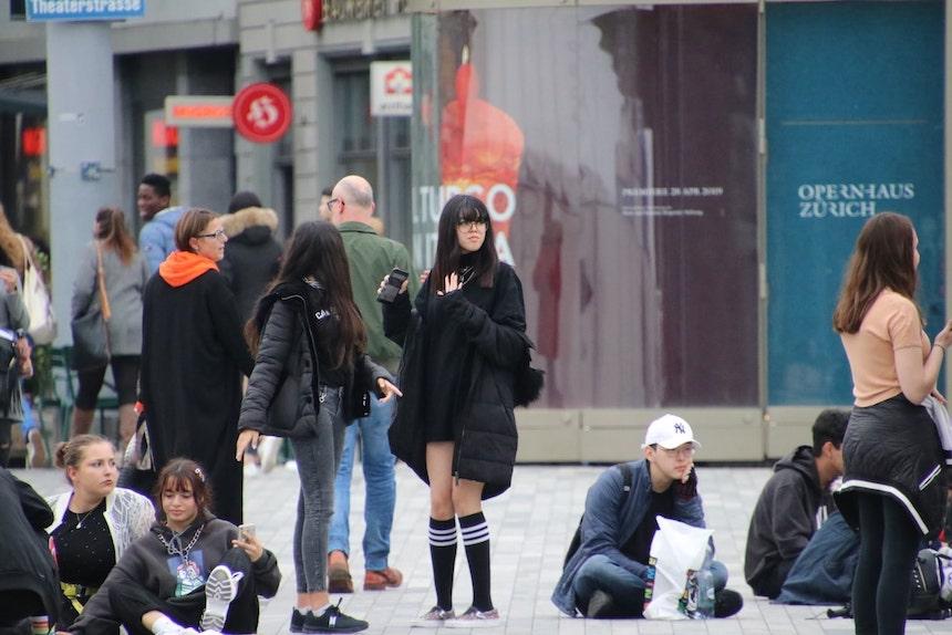 menschen auf einem Platz unterhalten sich über loslassen srüche