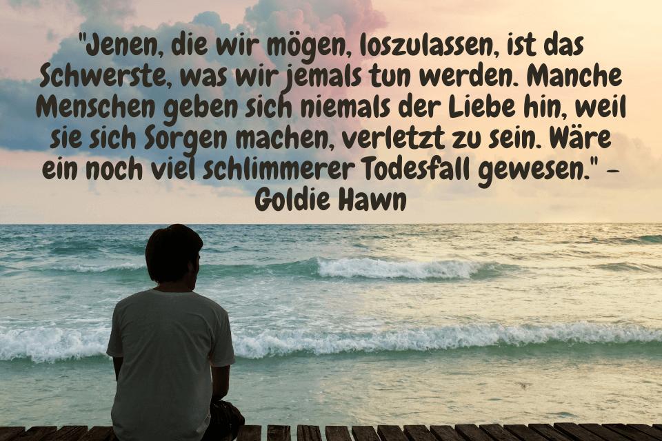 """Ein Mann sitzt traurig am Meer - Die Trauer und den Schmerz hinter sich lassen. """"Jenen, die wir mögen, loszulassen, ist das Schwerste, was wir jemals tun werden. Manche Menschen geben sich niemals der Liebe hin, weil sie sich Sorgen machen, verletzt zu sein. Wäre ein noch viel schlimmerer Todesfall gewesen."""" - Goldie Hawn"""