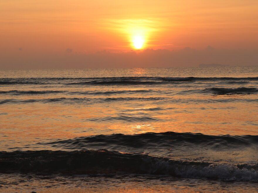 Die schönsten Wasserwellen - schöner strand in Thailand