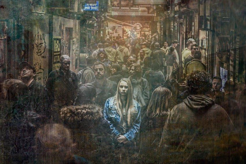 Gruppe Menschen spaziert in einer Gasse, zeigen Emotionen