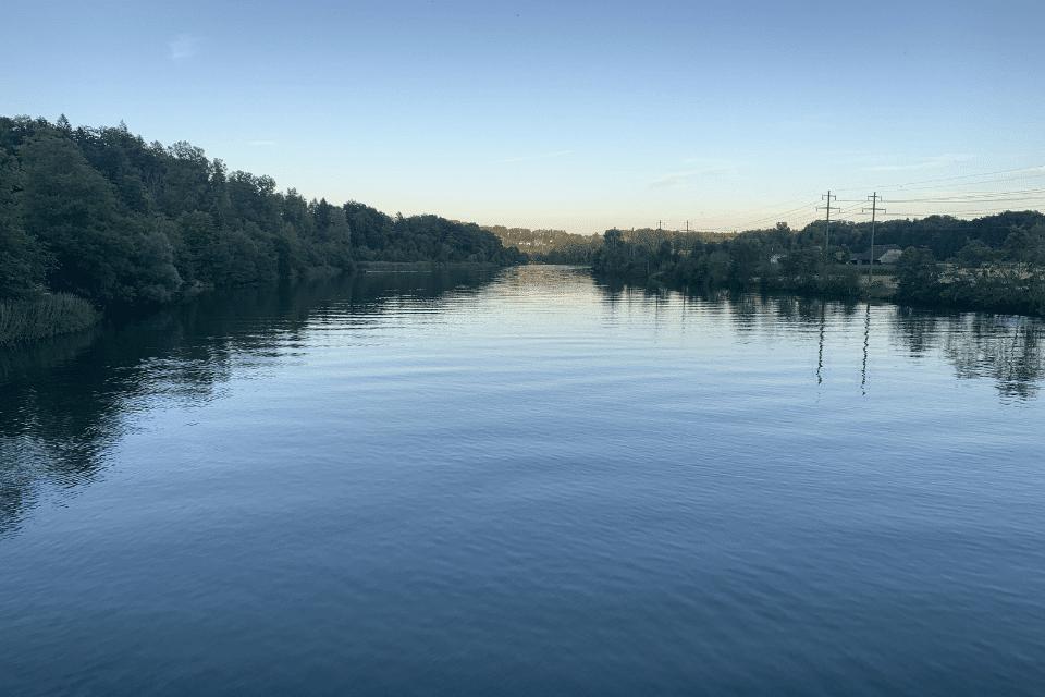 Aare Fluss bei blauem Himmel - Endphase des Lebens - Wann können sterbende loslassen