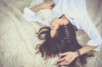 Eiene Frau entspannt sich auf dem Bett - Entspannung