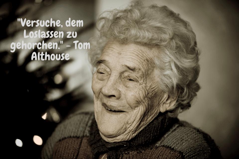 Eine lächelnde alte Frau - Erinnerungen behalten