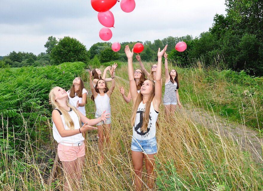 Fliegen mit 170 Heliumballons