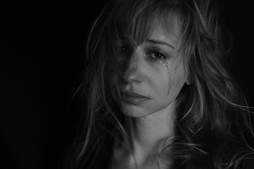 Eine Frau hat Tränen in den Augen