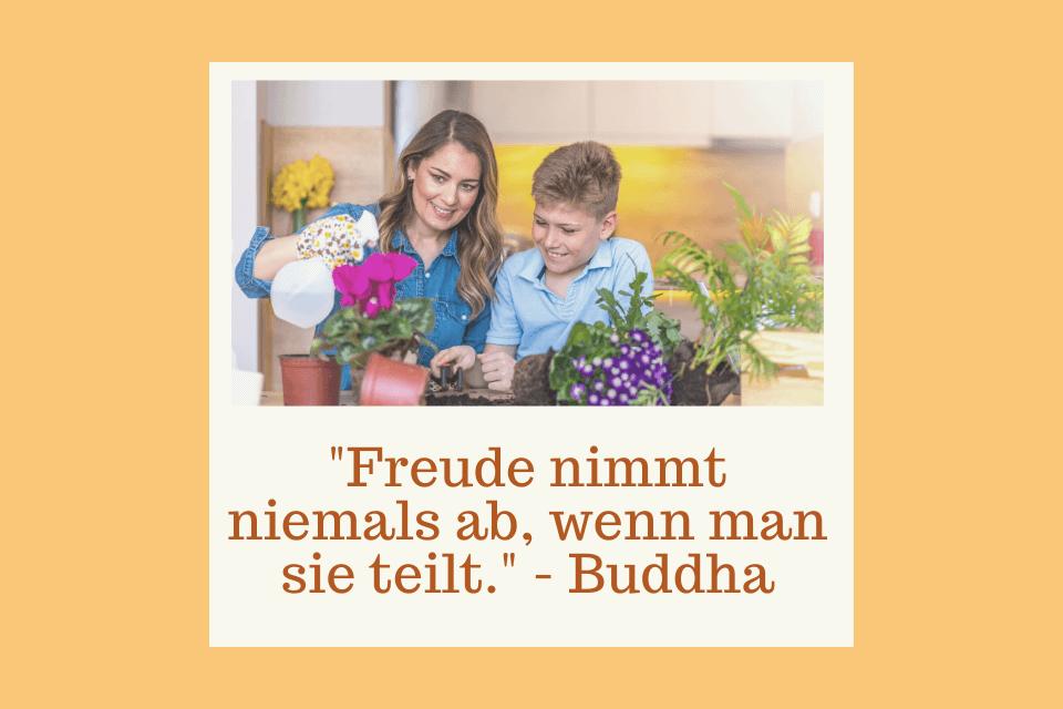 """Mutter teilt mit Sohn Planzenfreude -""""Freude nimmt niemals ab, wenn man sie teilt."""" - Buddha"""