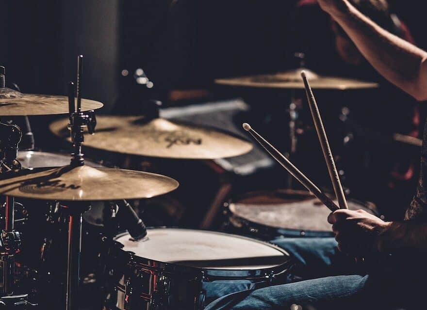 Fünf- und Zwölfjähriger zeigen ihre Künste auf dem Schlagzeug