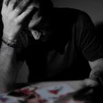 Ein Mann zerbricht sich den Kopf - er hat ein Gedachtnis mit Erinnerungslücken