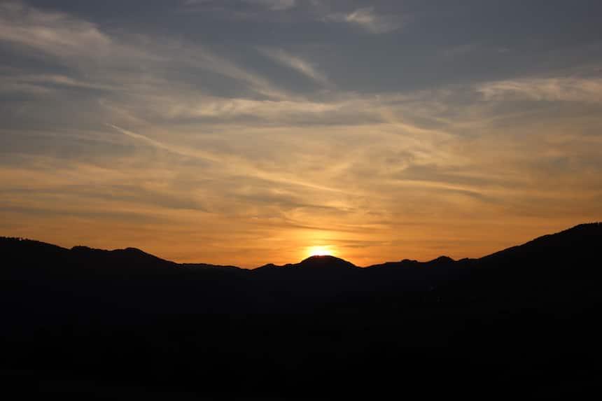 Goldiger Sonnenuntergang im Herbst