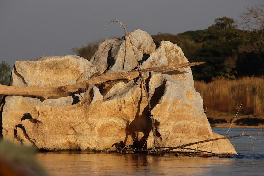 Ein Grosser Felsen der gekeinnzeichnet und geformt vom Wasser