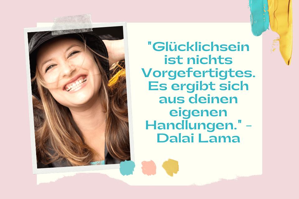"""Glückliche lachende junge Frau - """"Glücklichsein ist nichts Vorgefertigtes. Es ergibt sich aus deinen eigenen Handlungen."""" - Dalai Lama"""