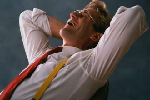 Mann lehnt sich lachend zurück beim - HD Soldat Läppli beim Strafexerziere