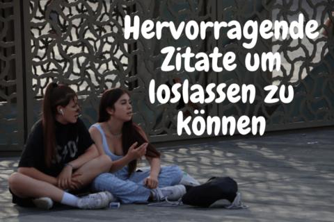 Zwei junge Frauen sitzen auf dem Boden und höhren hervorragende Zitate um loslassen zu können