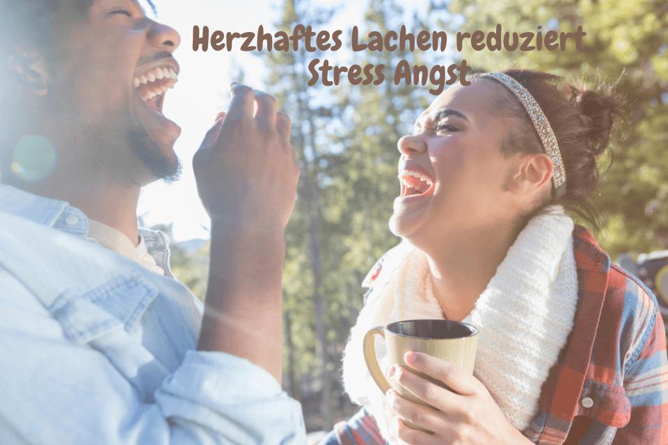 Herzahaftes Lachen einer Frau und eines Mannes - Lachen ist gesund und beugt Schmerzen vor
