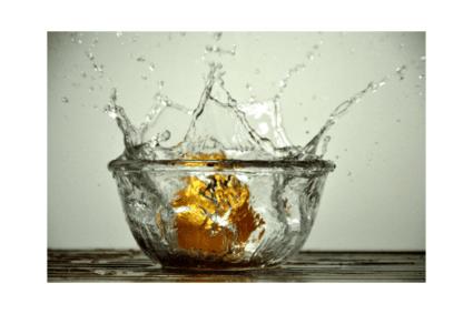 Eine Nuss fällt in Glas Wasser mit einer Hochgeschwindigkeitskamera aufgenommen