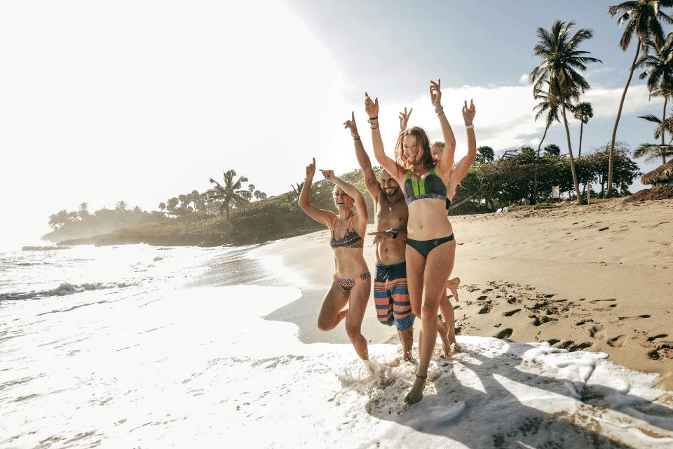 Hör auf zu stressen - eine junge Gruppe Menschen spring ins Meer
