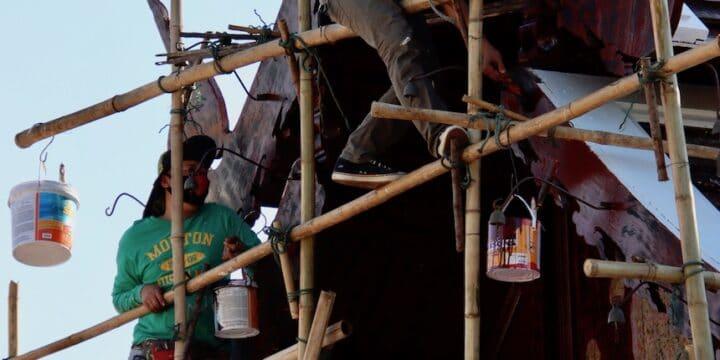 Männer auf einem Bambusgerüst Hornbach Werbung