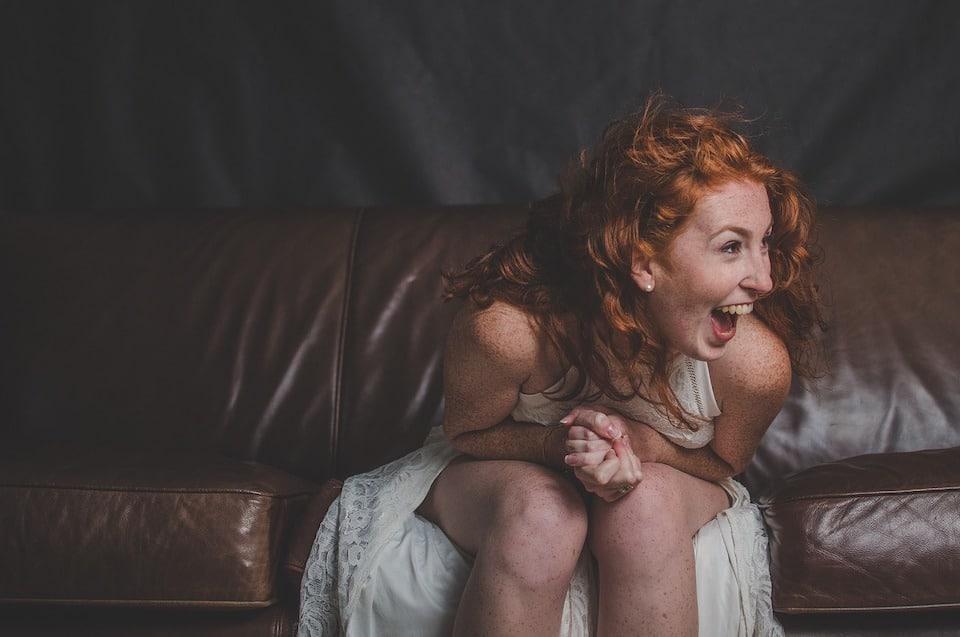 Eine Frau krümmt sich vor Lachen - Kommunikation vom Feinsten | Sketsch Humor