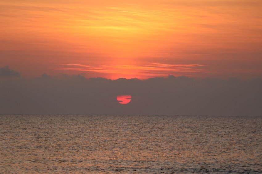 Am Meer entscheiden zwischen Loslassen und Festhalten