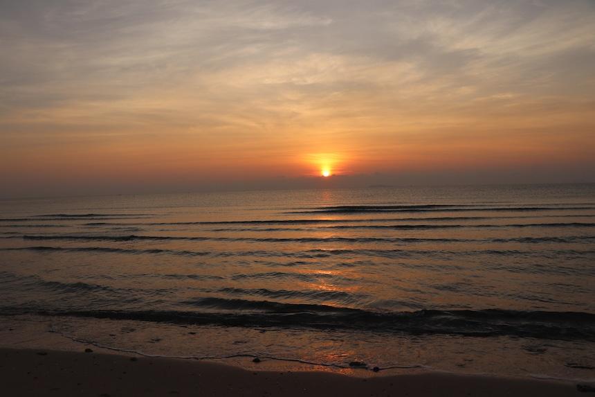 Sonnenaufgang Wasser und Wellen