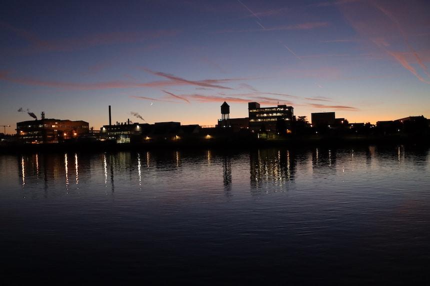 Oktober Sonnenuntergang am Rhein