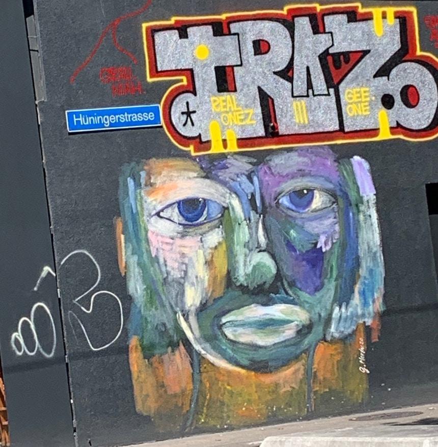 schönes farbliches Graffiti eines staunenden kopes