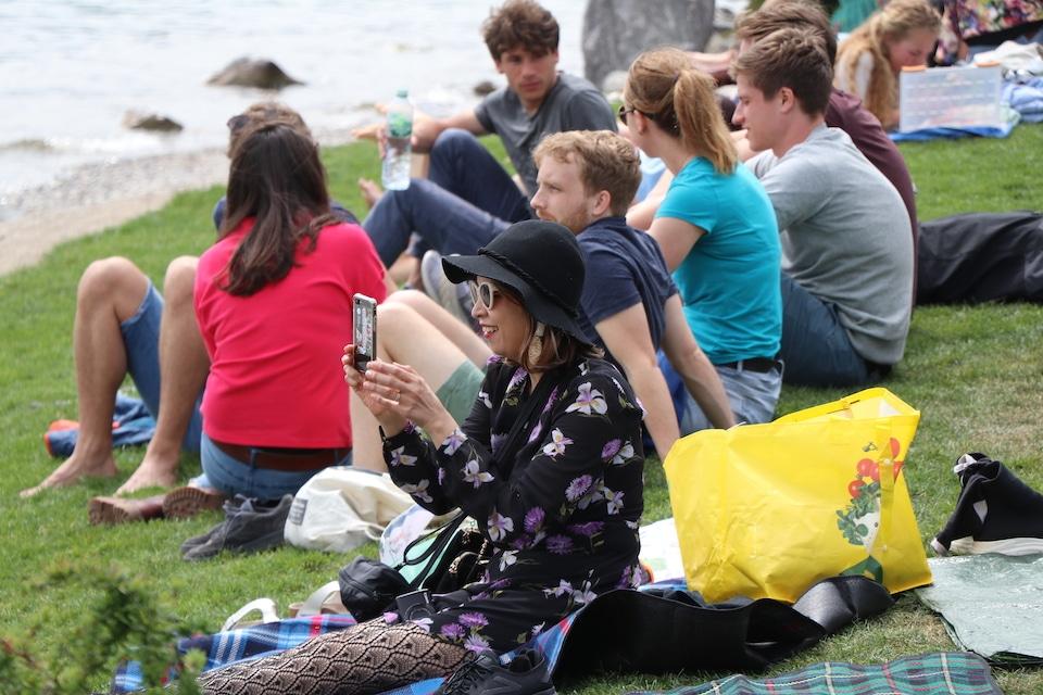 Eine Gruppe Menschen am See - Kannst du mich zum Lachen bringen