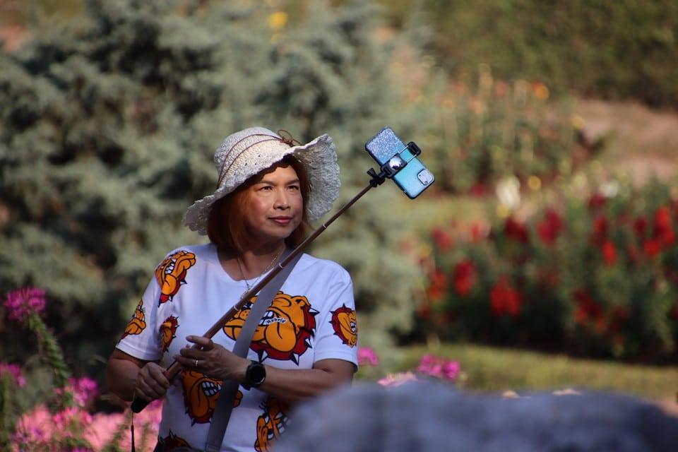 Eine Frau macht ein Selfie - Du bsit schön