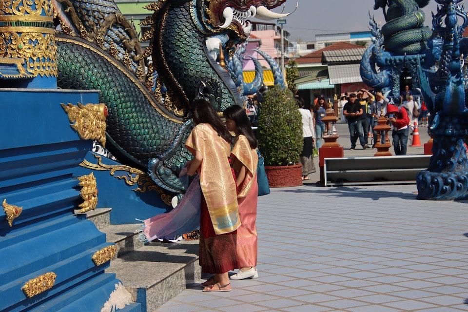 Zwei gläubige Frauen gehen in den Tempel Das wichtigste Element für Loslassen