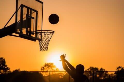 Im richtigen Moment loslassen kann im Basketball entschedend sein