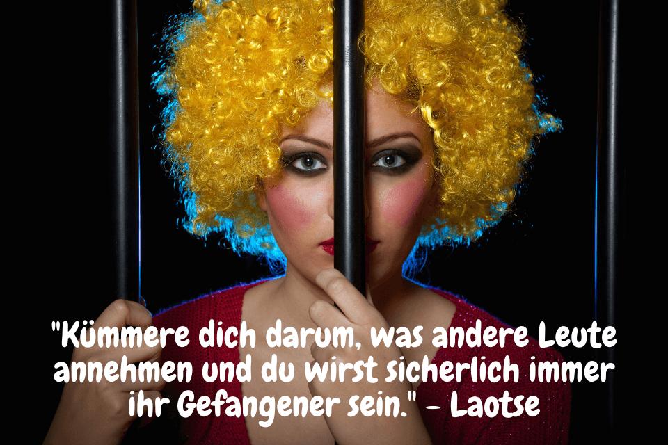 Eine frau im Gefängnis - Kümmere dich darum, was andere Leute annehmen und du wirst sicherlich immer ihr Gefangener sein. - Laotse