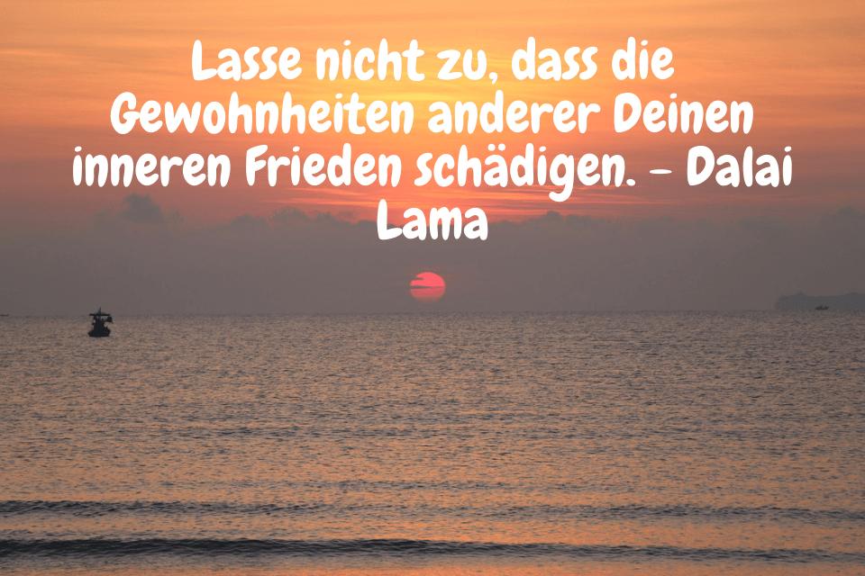 Sonnenaufgang am Meer mit Fischerboot - Lasse nicht zu, dass die Gewohnheiten anderer Deinen inneren Frieden schädigen. - Dalai Lama(1)