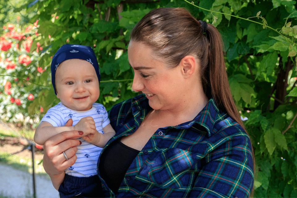 Eine June Frau und ihr Baby sind voll im Hier- und Jetzt