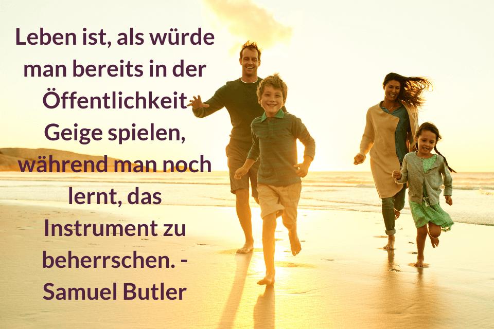 Eine vierköpfige Familie joggt am Meer. Mit dem Zitat: Leben ist, als würde man bereits in der Öffentlichkeit Geige spielen, während man noch lernt, das Instrument zu beherrschen. - Samuel Butler - Leben jeden Tag als wäre es dein letzter