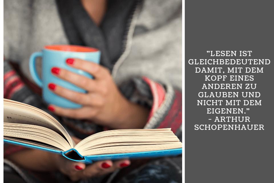 Eine Frau liest ein Buch mit einer Tasse in der Hand - Lesen ist gleichbedeutend damit, mit dem Kopf eines anderen zu glauben und nicht mit dem eigenen. - Arthur Schopenhauer