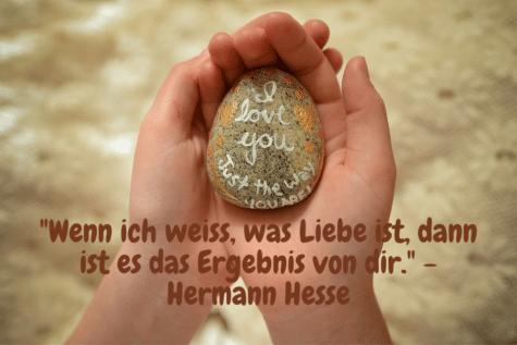 """Liebessprüche für Sie - Ein Stein in die Hand gebetet mit der Aufschrift: """"Wenn ich weiss, was Liebe ist, dann ist es das Ergebnis von dir."""" - Hermann Hesse"""