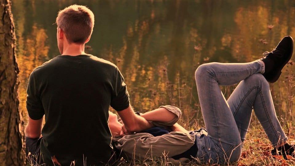Sich durch Loslassen lösen - ein Paar im Wald