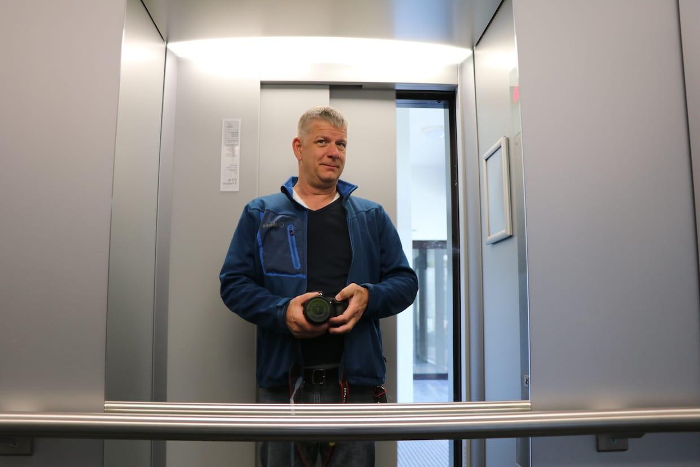 Roger Kaufman macht ein Foto im Lift