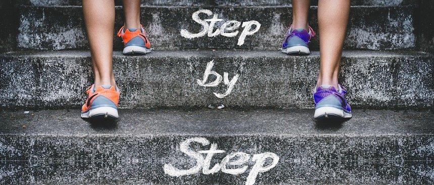 Mehr Mut step by step symbolisch eine Treppe hinaufsteigen