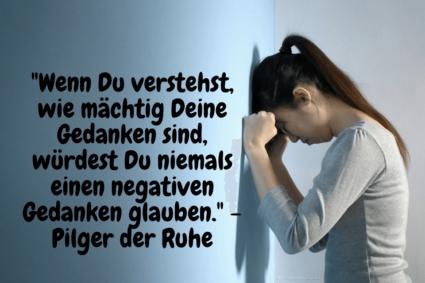 Frau hegt negative Gedanken und lehnt mit Kopf und Armen gegen die Wand - Negative Gedanken Beispiele